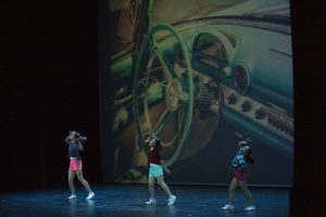 alumnas de charock escuela de baile y danza realizando una coreografía de danza moderna
