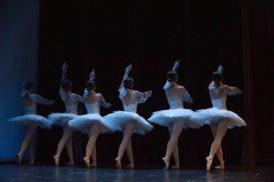 alumnas de charock realizando un espectáculo de danza o ballet clásico