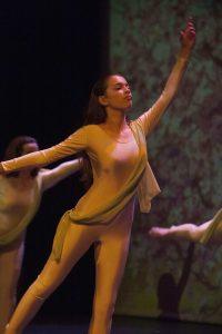 profesora de charock realizando una coreografía de la disciplina ritmos latinos