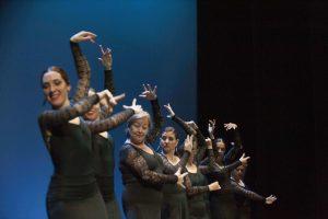 profesora virginia garcía bailando con sus alumnas de flamenco en la escuela de baile charock